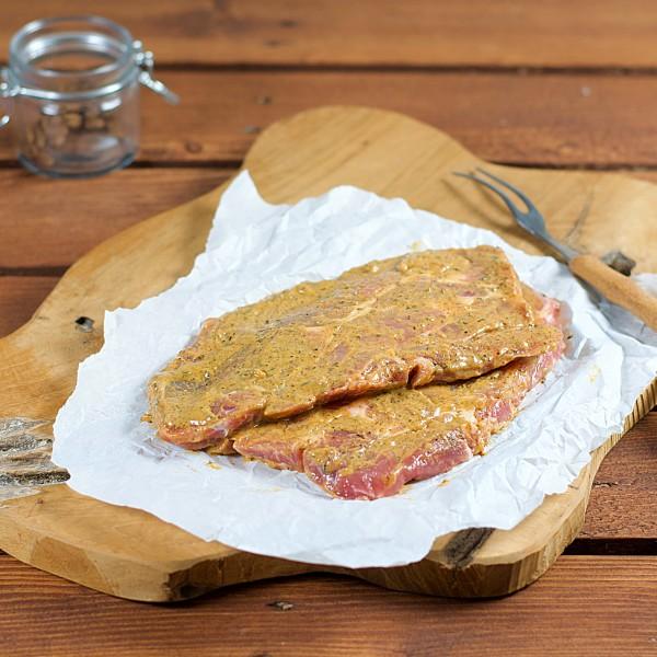 Schweinekamm-Steak mit Honig und Zwiebel